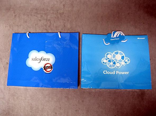 クラウドロゴが印刷された両社の紙袋