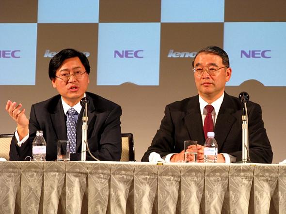 共同記者会見に臨むNECの遠藤信博社長(右)とレノボのユアンチン・ヤンCEO