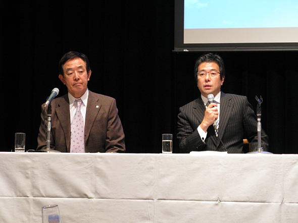 提携会見に臨むリコージャパンの畠中健二社長(左)と日本マイクロソフトの樋口泰行社長