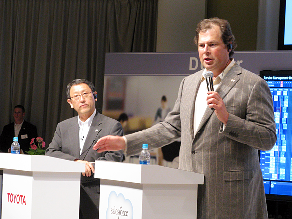 共同会見に臨むトヨタ自動車の豊田章男社長(左)とsalesforce.comのマーク・ベニオフCEO