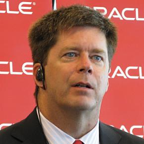 会見に臨む米Oracleシステムズ担当エグゼクティブ・バイスプレジデントのジョン・ファウラー氏