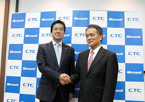 日本マイクロソフトの樋口泰行社長(左)と伊藤忠テクノソリューションズの藁科至徳取締役兼専務執行役員