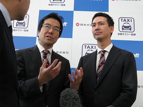 共同会見後、取材に応じる日本マイクロソフトの樋口泰行社長(左)と日本交通の川鍋一朗社長