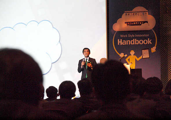 Handbookの導入メリットを語るインフォテリア・平野社長。韓国の聴衆は食い入るように耳を傾けていた
