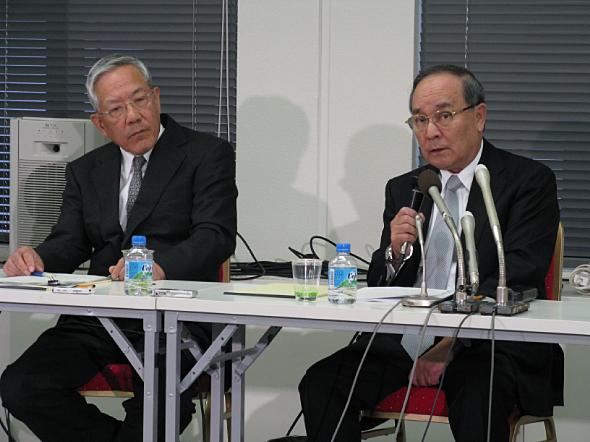 訴訟判決を受けて会見を行う富士通の野副州旦元社長(右)と外山興三弁護士