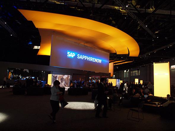会場内に設置された大型スクリーン