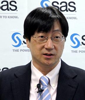 記者会見に臨むSAS Institute Japanの吉田仁志社長