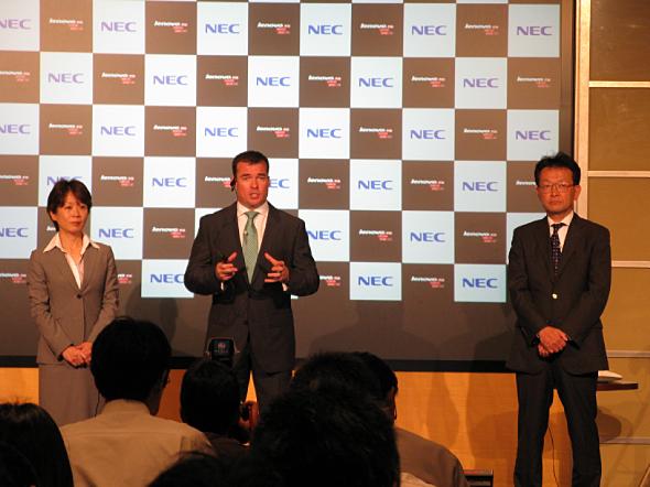 左から、レノボ・ジャパンの渡辺朱美社長、NECレノボ・ジャパングループのロードリック・ラピン会長、NECパーソナルコンピュータの高塚栄社長