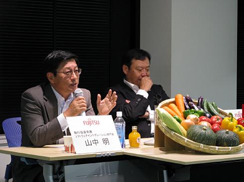 会見に臨む富士通の山中明執行役員常務(左)と阪井洋之ソーシャルクラウド事業開発室長