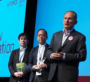 日本からファイナリストに選ばれたあいおいニッセイ同和損害保険の藤城誠人氏(中央)と近藤徹氏(左)。右はGenesysのニコラス・カチャフスキーCMO