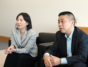 日本IBM 社会貢献担当の塚本亜紀氏(左)と川嶋輝彦氏