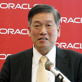 会見に臨む日本オラクルの遠藤隆雄社長