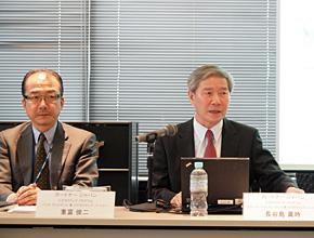 CIO調査の結果を説明するガートナー ジャパンの長谷島眞時氏(右)と重富俊二氏
