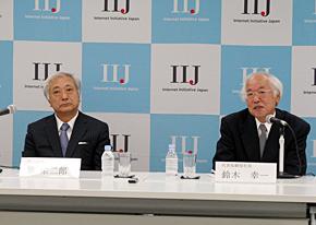 緊急会見に臨む鈴木幸一現社長(右)と勝栄二郎次期社長