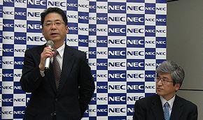 会見に臨むNECの庄司信一執行役員常務(左)と福田公彦執行役員
