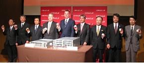 日本オラクルの会見で登壇したOracle幹部とパートナー企業の代表者。中央に展示されたサーバは「SPARC T5」