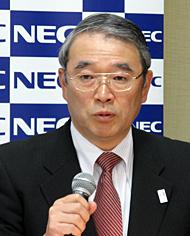 決算会見に臨むNECの遠藤信博社長