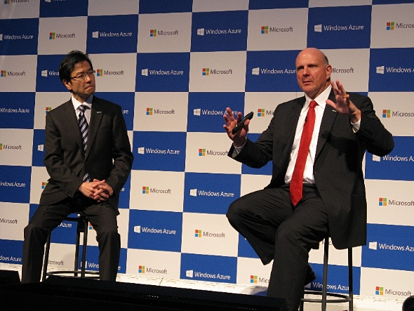 Microsoftのスティーブ・バルマーCEO(右)と日本マイクロソフトの樋口泰行社長
