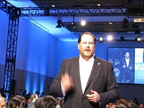 基調講演で会場を歩き回りながら話す米salesforce.comのマーク・ベニオフ会長兼CEO