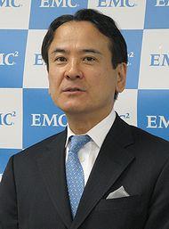 会見に臨むEMCジャパンの山野修社長
