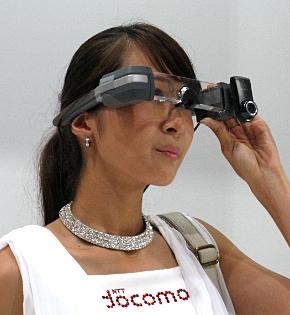 NTTドコモの眼鏡型端末「インテリジェントグラス」(「手ぶらでムービー」の利用シーン)