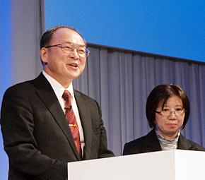 岩手大学の小野寺純治教授(左)と北三陸天然市場の小笠原ひとみ代表