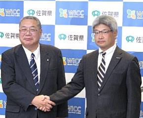 佐賀県教育委員会の川崎俊広教育長(左)と日本マイクロソフトの織田浩義執行役パブリックセクター統括本部長