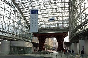 JR金沢駅には北陸新幹線開業を伝える垂れ幕も