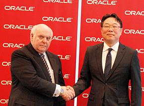 日本オラクルの杉原博茂社長(右)と、前社長のデレク・エイチ・ウイリアムズ取締役