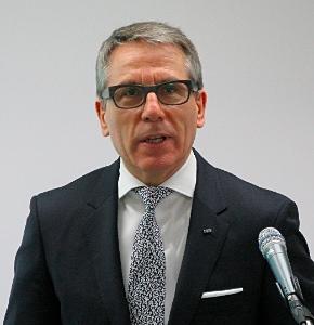 記者会見に臨む日本IBMのマーティン・イェッター社長