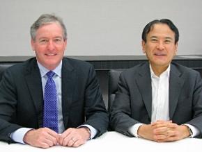 米EMCのデビッド・ウェブスター シニアバイスプレジデント(左)とEMCジャパンの山野修社長