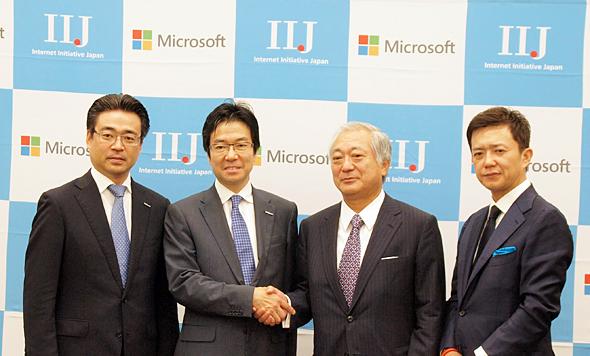 クラウドサービスで協業したIIJと日本マイクロソフト。左から日本マイクロソフト 業務執行役員 サーバ プラットフォーム ビジネス本部長 佐藤久氏、同 樋口泰行社長、IIJ 勝栄二郎社長、同 専務執行役員 クラウド事業統括 時田一広氏