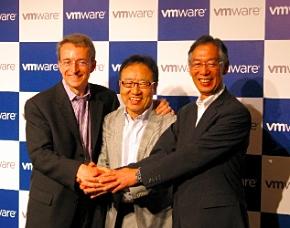 左から、VMware CEOのパット・ゲルシンガー氏、ソフトバンクテレコム副社長兼COOおよびソフトバンクコマース&サービス会長を務める宮内謙氏、ヴイエムウェア社長の三木泰雄氏