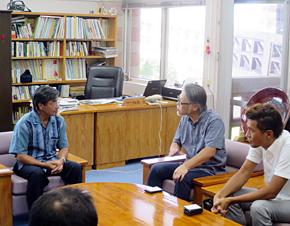 名護市の情報通信産業特別地区で事業展開するにあたって、9月2日に名護市・稲嶺進市長(左)を訪問したオキットの北村嘉規代表(中央)、ドヴァの土橋整社長(右)