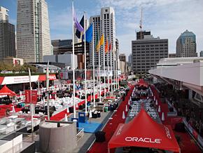 今年のOracle OpenWorldもハワードストリートを真っ赤なコーポレートカラーで埋め尽くす