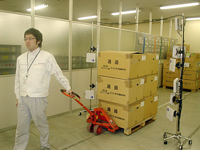 「UHF帯RFIDタグ100枚の移動一括読取り書込み技術」