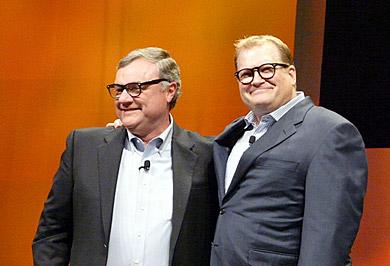 司会を務めたコメディアンのドリュー・カレィ氏(右)のまねをするミルズ氏。チャーミングな一面も