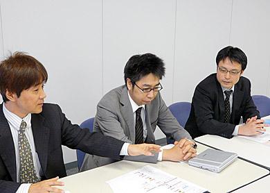左から馬場氏、営業部主任の小山慎司氏、田中氏