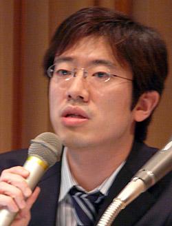 サービス概要を説明する坂井光代表取締役