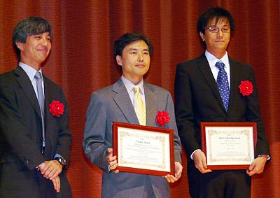 優れた研究が表彰された西村秀和氏(中)と米澤拓郎氏(右)。左は日本IBM 東京基礎研究所所長の丸山宏氏