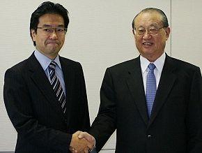 マイクロソフトの樋口泰行社長と青山学院の松澤建理事長