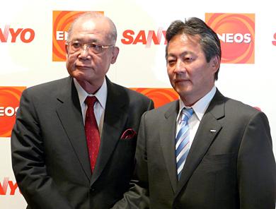 三洋電機の佐野精一郎社長(右)と新日本石油の西尾進路社長