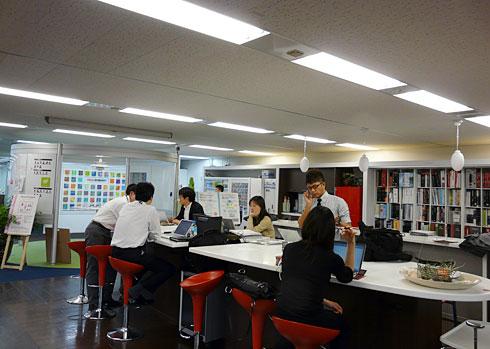 社内のほぼ中央に設置された作業スペース。社員が頻繁に通るためコミュニケーションを取りやすい