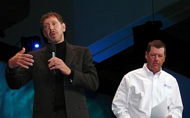 オープニングセッションに登場した米Oracleのラリー・エリソンCEO(左)と米Sunのスコット・マクニーリー会長