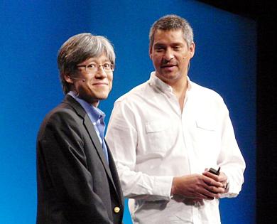 新サービスを紹介したバイスプレジデントの坂口立考氏(左)