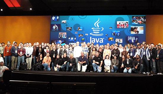 JavaOne最終日のゼネラルセッション後に行われた記念撮影。果たして次回開催はあるのか