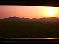 車窓から眺める北朝鮮の夕日