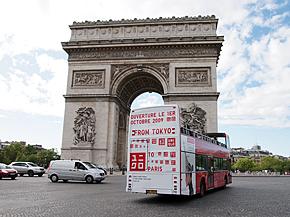 パリ市内では店舗オープンを告知する広告が多数見られた