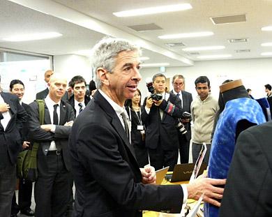 慶應義塾大学での研究成果を視察するプラステルク教育文化科学大臣