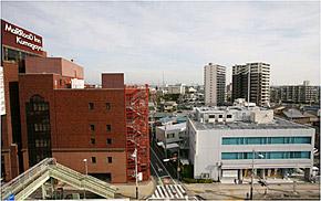 太陽熱エネルギーの融通を受けるマロウドイン熊谷(左)と供給する東京ガス熊谷支社(右の3階建て建物)